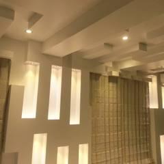 Gimnasios en casa de estilo  por De Panache  - Interior Architects,