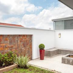"""Espaço Gourmet - área externa com """"fire pit"""": Jardins  por Moran e Anders Arquitetura"""