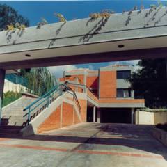 Vista del acceso peatonal y vehicular.: Casas de estilo  por OMAR SEIJAS, ARQUITECTO