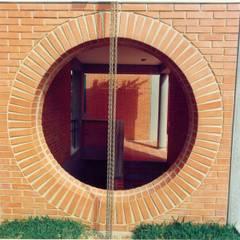 Detalle del volúmen de la escalera al semisótano.: Casas de estilo  por OMAR SEIJAS, ARQUITECTO