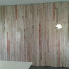 Parement de mur: Bars & clubs de style  par Bois Eco Concept