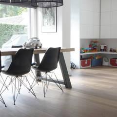 Villa | Houten vloer: moderne Serre door Zilva Vloeren