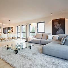 GroBartig Penthouse: Moderne Wohnzimmer Von HONEYandSPICE Innenarchitektur + Design
