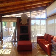 CASA AZZOTI: Livings de estilo  por bioma arquitectos asociados,Rural Piedra