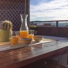 Home Staging en piso amueblado: Terrazas de estilo  de Marca de Casa
