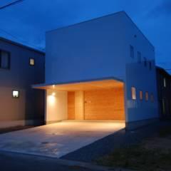Garajes y galpones de estilo  por 株式会社PLUS CASA