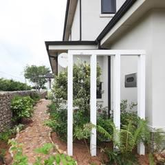 썬룸에서 즐기는 따뜻한 햇살 [서산 부산리]: 윤성하우징의  정원,클래식