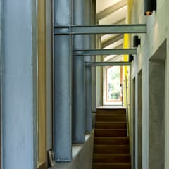 Corridor & hallway by Kwint architecten, Country