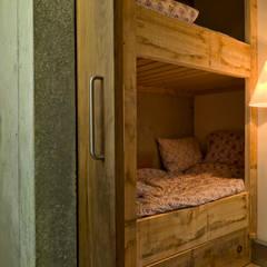 Schuurwoning Loenen aan de Vecht:  Slaapkamer door Kwint architecten