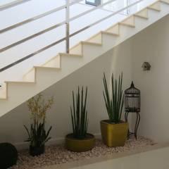 Jardim sob escada: Corredores e halls de entrada  por Lu Andreolla Arquitetura