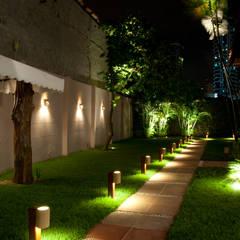 Garden by L+A Arquitetura de iluminação, Country