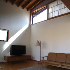 ห้องนั่งเล่น โดย 早田雄次郎建築設計事務所/Yujiro Hayata Architect & Associates, ผสมผสาน