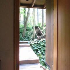 ระเบียงและโถงทางเดิน โดย 早田雄次郎建築設計事務所/Yujiro Hayata Architect & Associates, ผสมผสาน