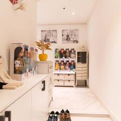 프렌치모던, 취향 저격의 40평 신혼집 인테리어: 로하디자인의  복도 & 현관,지중해