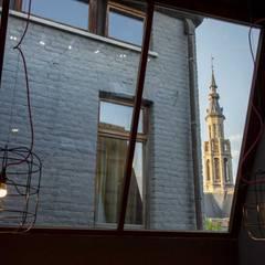 CRAPAURUE: Fenêtres de style  par fhw architectes sprl