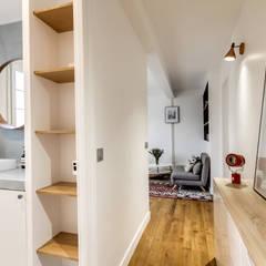 salle de bain et entrée, Projet Crimée, architectes intérieurs: Carla Lopez et Margaux Meza: Salle de bains de style  par Transition Interior Design