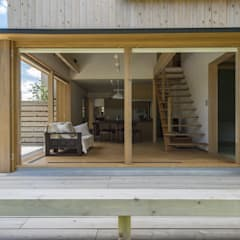 غرفة المعيشة تنفيذ AMI ENVIRONMENT DESIGN/アミ環境デザイン