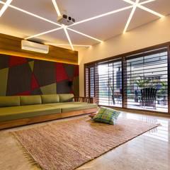 Jayesh bhai interiors:  Living room by Vipul Patel Architects