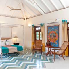 Villa Verde, Goa.: tropical Bedroom by Studio MoMo