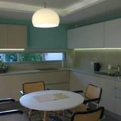 Casa PB: Cocinas de estilo clásico por LS+M