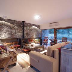 Casas de Playa - El Patio -: Livings de estilo moderno por LUCAS MC LEAN ARQUITECTO