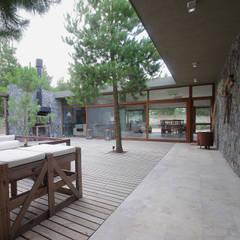 Casas de Playa - El Patio -: Jardines de estilo  por LUCAS MC LEAN ARQUITECTO,Moderno