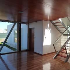 Casa del Bosque: Pasillos y recibidores de estilo  por Mauricio Morra Arquitectos