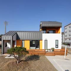 부여주택- 스스로 둘러친 울타리속의 중정: 주택설계전문 디자인그룹 홈스타일토토의  주택