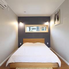 컴팩트한 안방 침실: 주택설계전문 디자인그룹 홈스타일토토의  침실