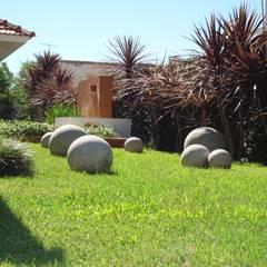 PAISAJE PARQUE VIVIENDA CHALET: Jardines de estilo  por milena oitana