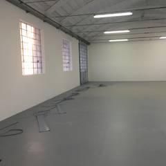 Posa della pavimentazione tecnica in linoleum: Stadi in stile  di LTAB/LAB STUDIO