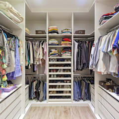 Casa Familiar mineira: Closets  por Laura Santos Design