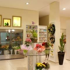 LOJA DE FLORES E PRESENTES 24 HS: Espaços comerciais  por Penha Alba Arquitetura e Interiores