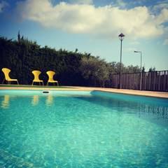 rehabilitación integral de masia, para turismo rural: Piscinas de estilo  de raddi ARQUITECTES