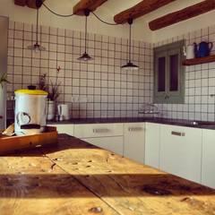 rehabilitación integral de masia, para turismo rural: Cocinas de estilo  de raddi ARQUITECTES