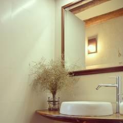 rehabilitación integral de masia, para turismo rural: Baños de estilo  de raddi ARQUITECTES