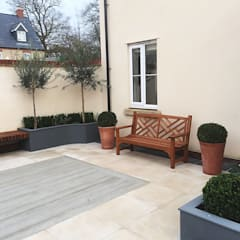 Garden design and build courtyard, Bicester, Oxfordshire:  Garden by Decorum . London