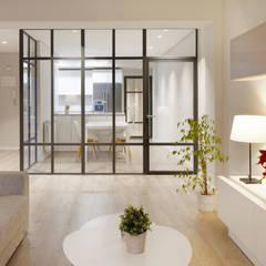 Pared de cristal para separar la cocina del salón.: Cocinas de estilo  de Etxe&Co