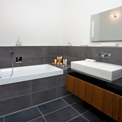 Bathroom:  Bathroom by Baufritz (UK) Ltd.
