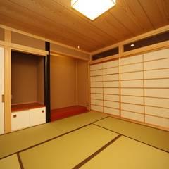 西新の家: AMI ENVIRONMENT DESIGN/アミ環境デザインが手掛けたリビングです。