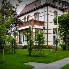 Historische woning rond 1900: klasieke Tuin door  Ernst Baas Hoveniers B.V. / Ernst Baas Tuininrichting B.V.