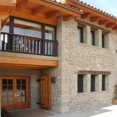 PUERTA Y ZONA HABITACIONES: Casas de estilo  de RIBA MASSANELL S.L.