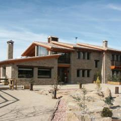 FACHADA ENTRADA DE LA CASA: Casas de estilo  de RIBA MASSANELL S.L.