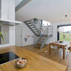 Aufgang ins Obergeschoss:  Flur & Diele von gondesen architekt