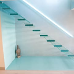 A single-flight cantilever staircase crafted in toughened, laminated glass:  Corridor & hallway by Railing London Ltd