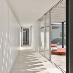The Wall House: Closets  por guedes cruz arquitectos