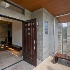 練馬のエコハウス(創エネルギーの近未来型エコハウス) : 有限会社 光設計が手掛けた廊下 & 玄関です。