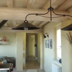 CASA NELLE LANGHE: Cucina in stile In stile Country di architettura ecologica