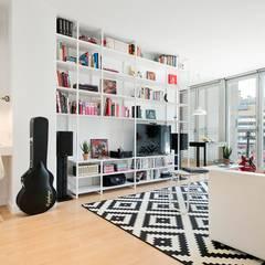 Salón en Barcelona: Color y Funcionalidad: Salones de estilo  de Dröm Living