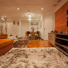 Apartamento S.C. do Sul: Salas multimídia  por Carmen Anjos Arquitetura Ltda.